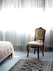 Habitación clásica y silla estilo antiguo.
