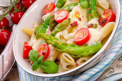 Noodles with asparagus in cream-cheese sauce