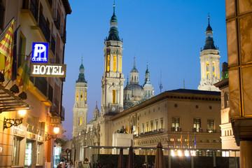 Plaza del Pilar al anochecer en verano
