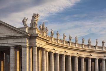 Colonnato e statue in piazza San Pietro