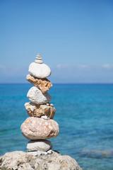 Zen Steine am blauen Ozean als Hintergrund