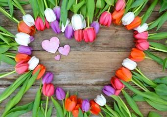 Tulpenherz auf Holzuntergrund