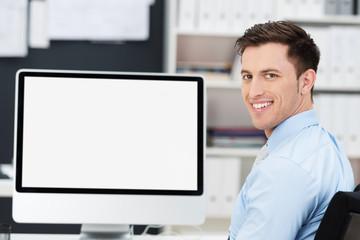 geschäftsmann am schreibtisch mit weißem monitor