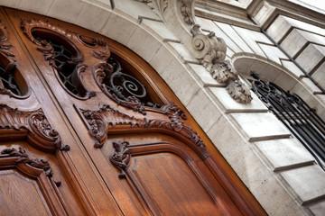 Porte sculptée sur la façade d'un hôtel particulier