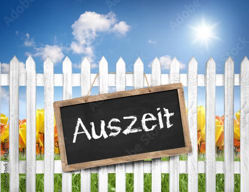 Tafel am Zaun mit Auszeit