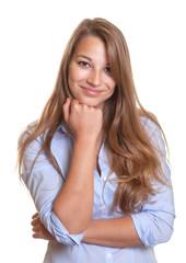 Lächelnde Frau mit blauer Bluse schaut zur Kamera