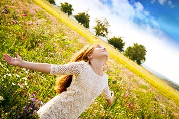 Bambina  felice nel campo di fiori