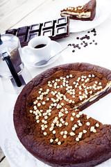 Torta tiramisù con gocce di cioccolato bianco