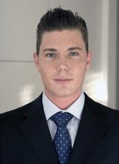 Portrait eines jungen Mannes im Anzug