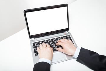 mann man anzug schreibt auf laptop