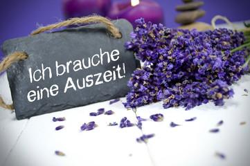 Lavendel mit Schiefertafel und Auszeit