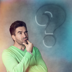 Angestrengt denkender Mann, Fragezeichen