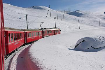 treno rosso del bernina alpi svizzere in inverno