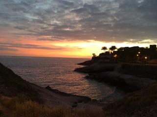 закат над скалистым берегом