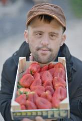 L'homme mange la fraise