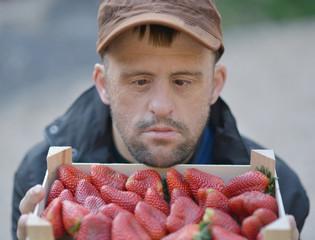 homme trisomique mange fraise