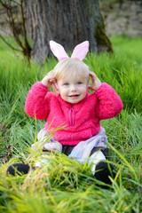 Lachendes kleines Mädchen mit Hasenohren