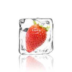 Erdbeere im Eiswürfel