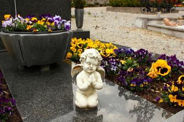 Betender Engel auf einer Grabplatte auf einem Friedhof