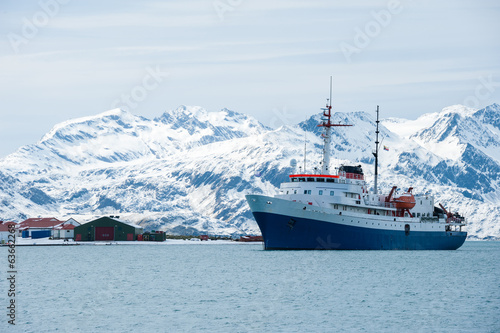 Papiers peints Antarctique Cruise ship in Antarctica