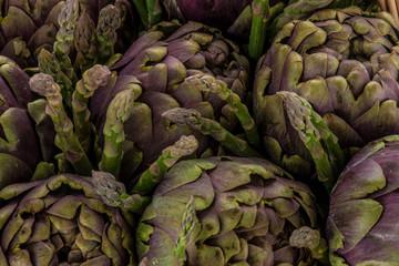 Particolare di carciofi e asparagi crudi