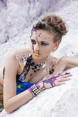 Портрет девушки с авангардным фейс-артом на лице
