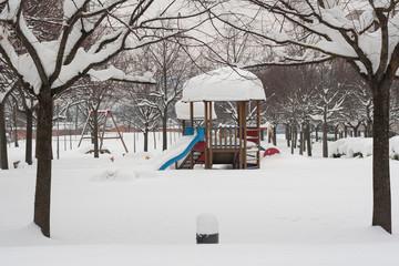 Nevicata sul parco giochi