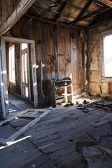 Ruine einer Holzhütte von innen