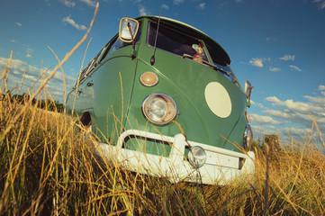 alter Minibus im Sommerfeld