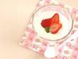 苺を添えたヨーグルト