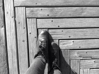 botas siguiendo el camino de madera