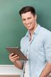 lächelnder student mit tablet-computer