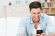 glücklicher junger mann mit smartphone