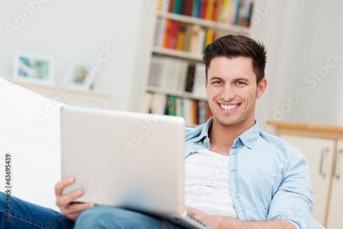 mann surft im internet