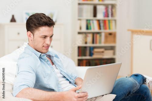 mann surft zuhause im internet