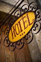 Enseigne d'un hôtel de charme en France