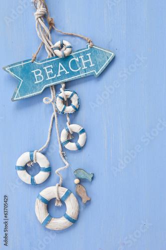 canvas print picture Blauer Hintergrund mit Schild zum Strand