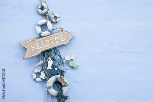canvas print picture Blauer Hintergrund mit Schild zur Kueste