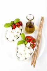Antipasto tipicamente italiano di mozzarelle,pomodori e basilico