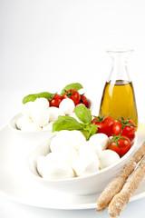 Mozzarelle fresche italiane con pomodorini,basilico e grissini