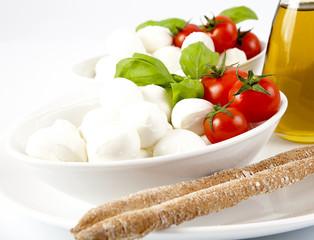 Mozzarella fresca con pomodori.basilico e grissini
