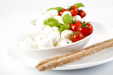 Insalata di mozzarelle fresche, pomodori e basilico