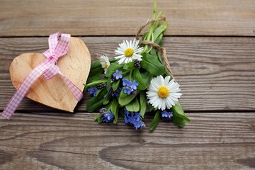 Wiesenblumen mit Herz