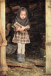 Девочка в платке с дровами