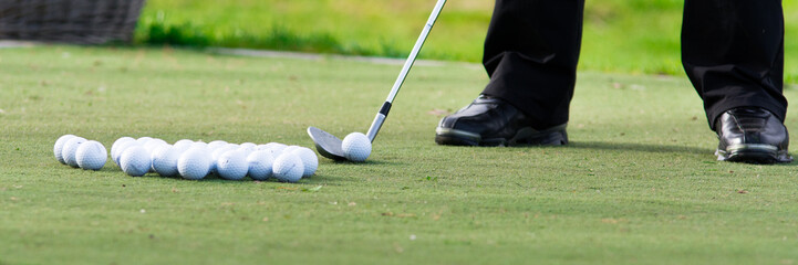 golfbälle liegen zur übung bereit