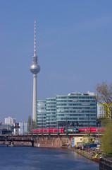 ベルリン、テレビ塔と列車