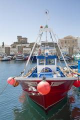 Barco de pesca en el puerto de Tarifa, España