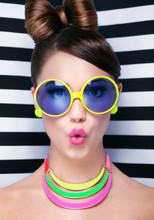 Atrakcyjne zaskoczony młoda kobieta ubrana sunglasse
