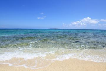コマカ島の綺麗な海と爽やかな波
