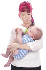 Glückliche Mutter gibt Baby die Flasche